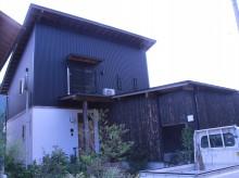 1階部分はしっくい、2階部分にガルバリウム、下屋の部分には焼杉が使用されています。