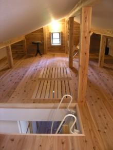ロフトの床は、下廊下に光を通すため格子にしてあります。