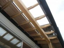 デッキ上の庇は、冬の日差しが良く取り込めるように、先端部分がガラスになっています。