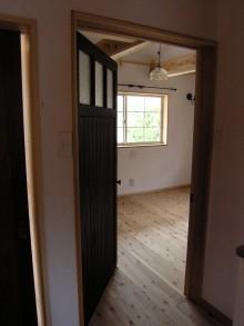 寝室入口のドアはアンティークのドアです。