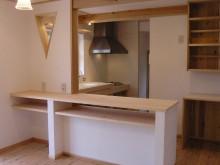 キッチン。 カウンター下の棚は、箱を置いて収納とし、リビング側、キッチン側どちらからでも使えるようになります。