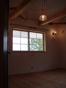 寝室の中はアイアンのカーテンレールにレトロな照明器具で落ち着く雰囲気です。