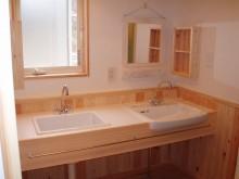 洗面室。タイル仕上げの造作洗面台。
