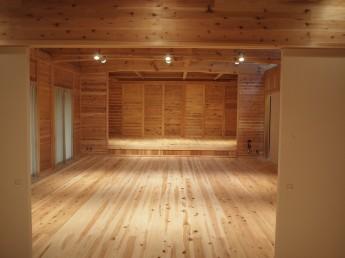 地松の床材を使用したステージ