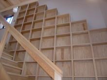 階段横壁面には杉の無垢材で作った本棚を設置。