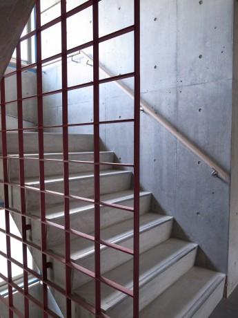 共用階段。寺院を意識した赤い格子。