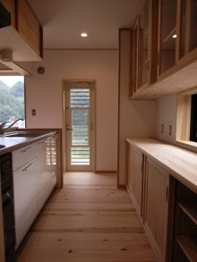 キッチン収納もすべて無垢の杉で作ります。