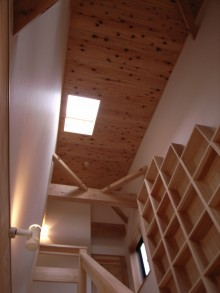 階段の上端吹抜けになっていて、天窓から光が入ってきます。