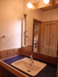 洗面化粧台はタイルで仕上げました。