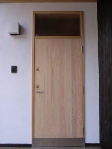 玄関ドアはヒノキ造りです。 ドアの上の窓は、採光だけではなく、開けて通風を取ることもできます。