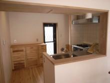 キッチンと杉で造作の収納