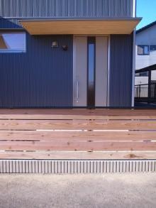 ガルバリウムの外壁と杉板塀