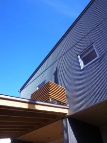 ガルバリウム鋼板の外壁に木部がアクセントとなる外観