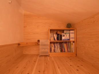 吊りロフト。無塗装の杉板張りとしっくいに囲まれた秘密基地のような小空間。
