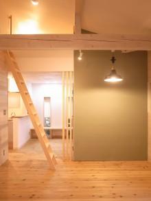 磨きしっくいの壁が印象的なリビングダイニング。