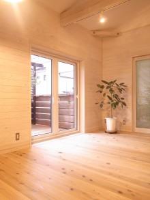 リビングダイニング。壁は、既存の杉板に白塗料を木目が出る程度に拭き取りしている。