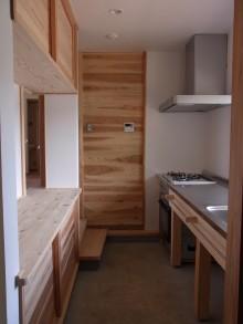 木で作った土台にステンレス天板をのせたシンプルなキッチン。
