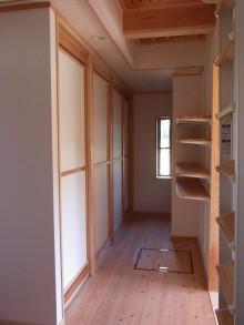 廊下にまとめて大きな収納を作りました。
