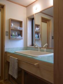 洗面カウンターの天板はガラスです。