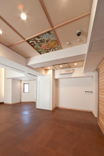 寺院本堂。既存寺院の天井絵を再活用した格天井。