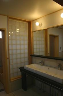 木製カウンターの広い洗面台