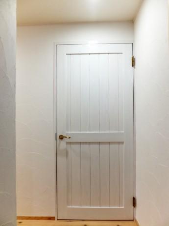 白く塗装した杉の建具-2