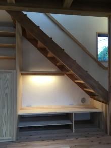 階段下のテレビ台と間接照明