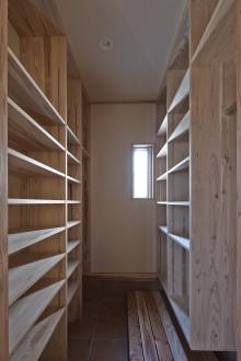 保存食も保管できる玄関収納