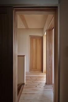 無垢の建具と廊下